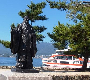 宮島桟橋前広場に  平清盛(入道)の銅像
