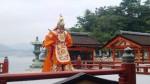 舞楽の後ろに右門客神社