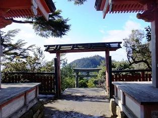 御山神社から見た鳥居