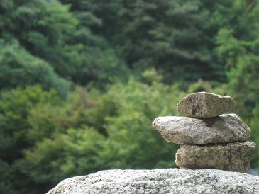 積み石と遠景