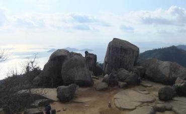 頂上の大岩; 磐座(いわくら)